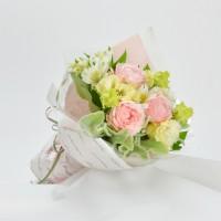 ピンクのオールドローズを主に、可愛くラッピング。2,100円(税込)