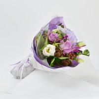 紫のバラとトルコキキョウのショートブーケ